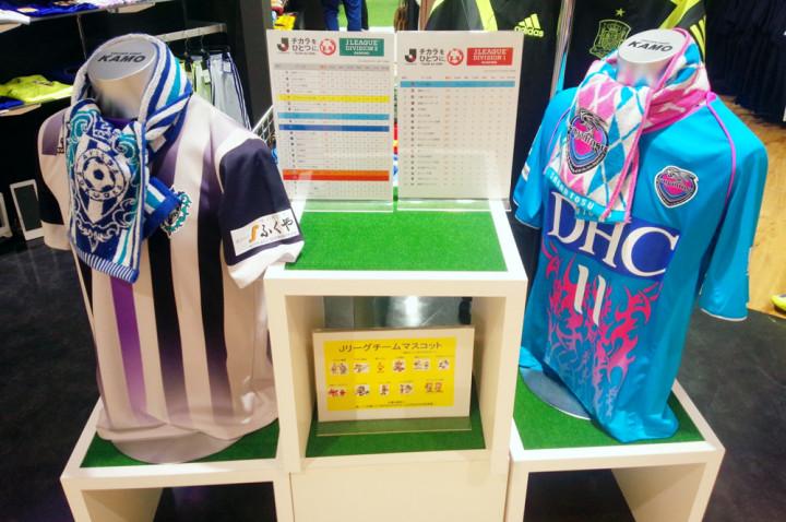 アビスパ福岡のスポンサー「福岡パルコ」のスポーツ用品店・KAMOに飾られた両クラブのユニフォーム
