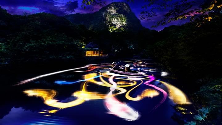 小舟と共に踊る鯉によって描かれる水面のドローイング- Mifuneyama Rakuen Pond