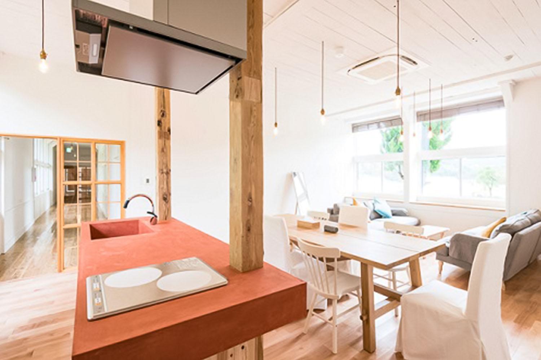 木のぬくもり、 柔らかな香りが包み込むスクールハウス。 リノベーションした空間でノスタルジックな宿泊体験